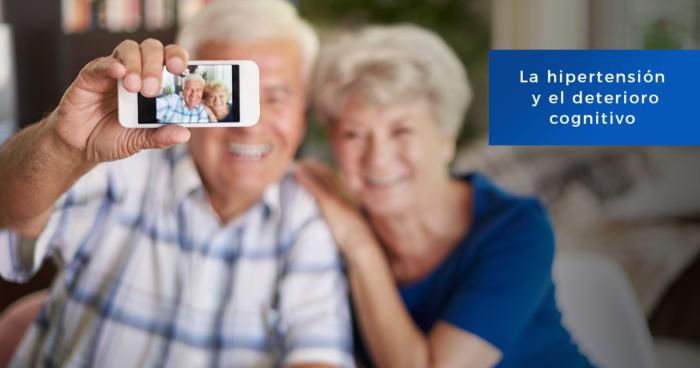 Una pareja de adultos mayores se toman una selfie. El foco está en la imágn de la cámara y ellos aparecen desenfadados.
