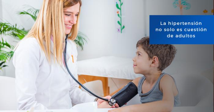 Doctora tomando la presión arterial a un niño con baumanómetro
